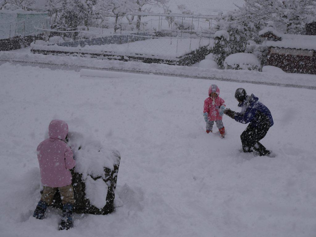 雪がどんどん降ってきてそれでも雪合戦!
