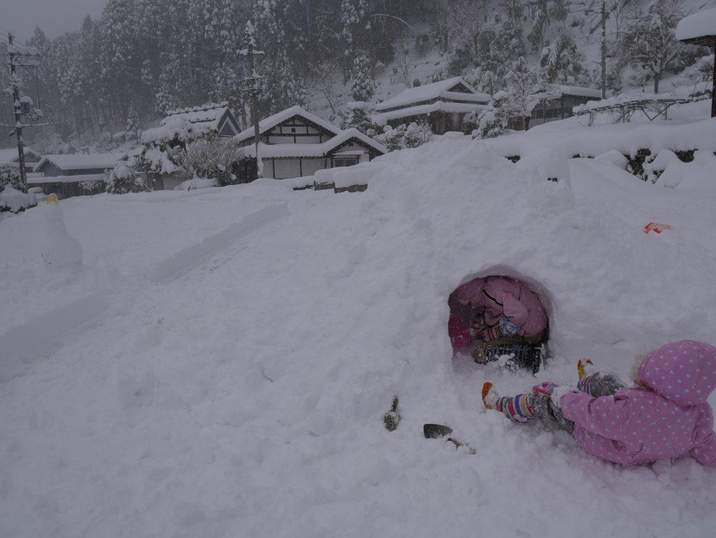 雪が降った次の日も雪! 前日に作った雪だるまが既に埋もれております⛄