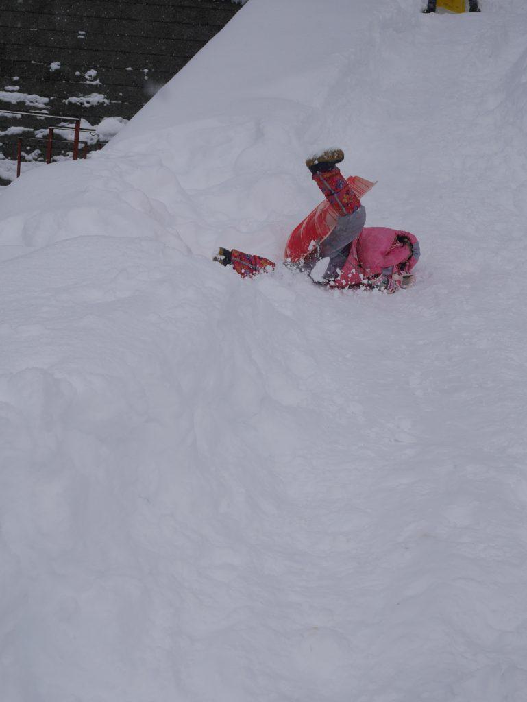 もちろんスノーボートでも滑ります! カンカンに固まってきた滑走面を滑るのサイコーです!