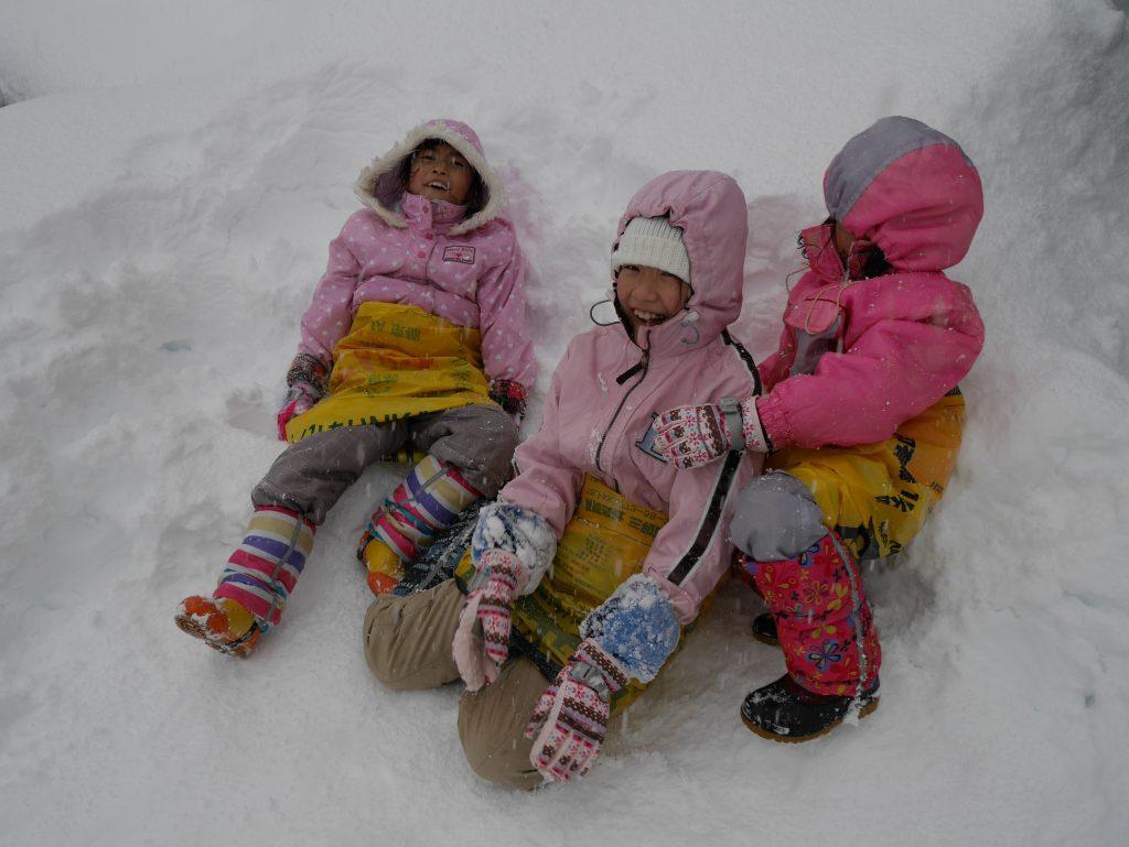 はじめは肥料袋に乗って滑っていた子供たち 履いた方が楽チンなことに気付く♫